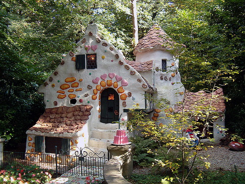 Amazing fairy tale houses weird pictures weirdomatic for Hansel and gretel house plans