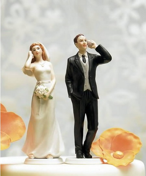 funny wedding cake toppers weirdomatic 25 hilarious wedding cake toppers 500x603