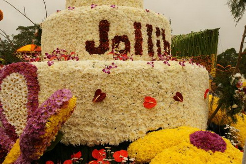 Huge Cake Made of Flowers